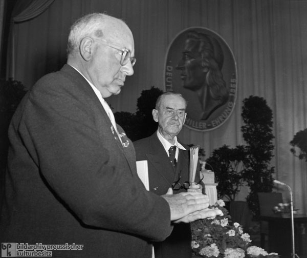 Minister of Culture Johannes R. Becher (left) Greets Thomas Mann (right) at the Weimar National Theater (May 14, 1955)
