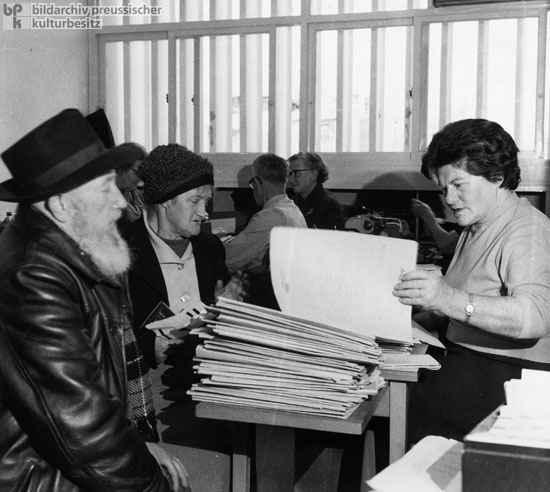 German-Jewish Emigrés Receive Legal Assistance in the Office of the United Restitution Organization (URO) in Tel Aviv (February 20, 1966)