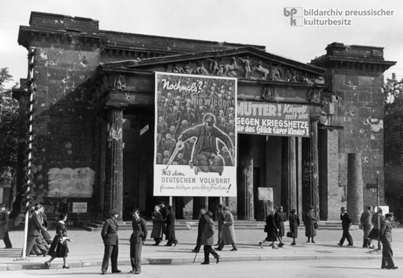 Propaganda for the German People's Council at the Neue Wache in Berlin (1949)